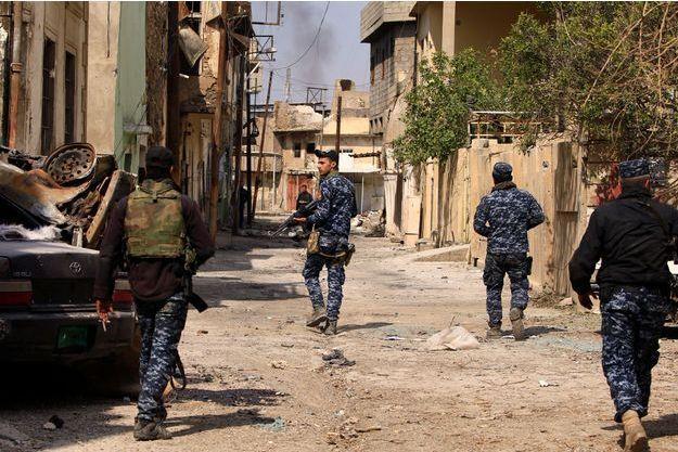 Des policiers présents près de Mossoul.
