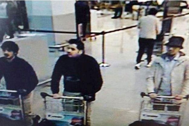 Les deux hommes en noir auraient été identifiés comme étant les frères Khalid et Ibrahim El Bakraoui.