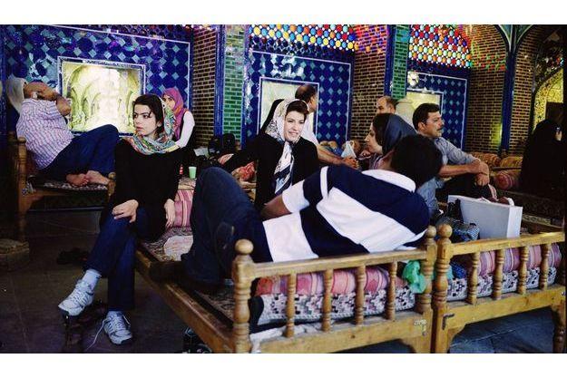 Dans un restaurant d'Ispahan. Si le voile est une obligation, à chacune son style. Par coquetterie ou rébellion, certaines découvrent un maximum de chevelure, d'autres respectent strictement les principes islamiques.