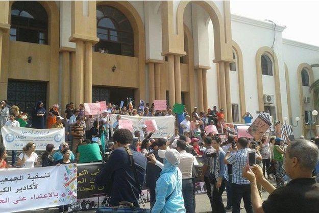 Devant le tribunal d'Agadir lundi dernier, à l'ouverture du procès de Sanae et Sihame.