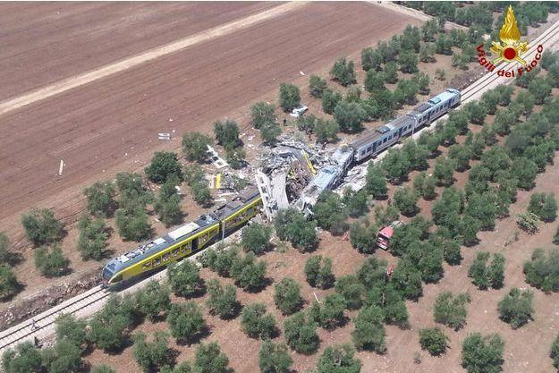 La collision frontale entre deux trains en Italie ce mardi 12 juillet a fait au moins 20 morts.