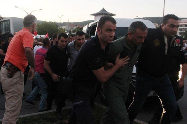 Des militaires arrêtés pour leur implication dans le coup d'Etat raté ont été présentés devant le tribunal d'Ankara lundi.