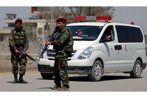 Des soldats de l'armée afghane devant le ministère de la Défense, à Kaboul, après l'attentat meurtrier de lundi.