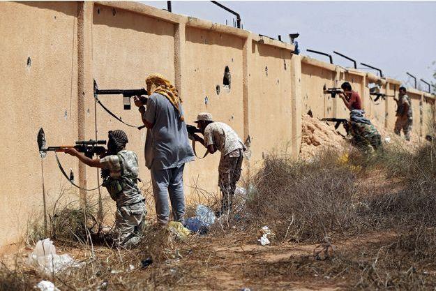 A Syrte, en Libye, le 15 juillet. Dans le viseur de ces snipers, le centre Ouagadougou, QG de Daech protégé par un champ de mines.