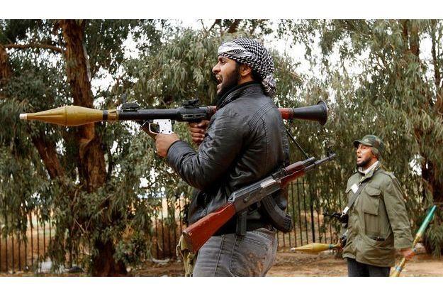 Le 19 mars à Benghazi, deux rebelles font face à l'armée de Kadhafi. La bataille de Benghazi s'annonce comme le moment décisif de la révolution libyenne.