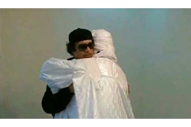 Mouammar Kadhafi recevant un chef tribal.