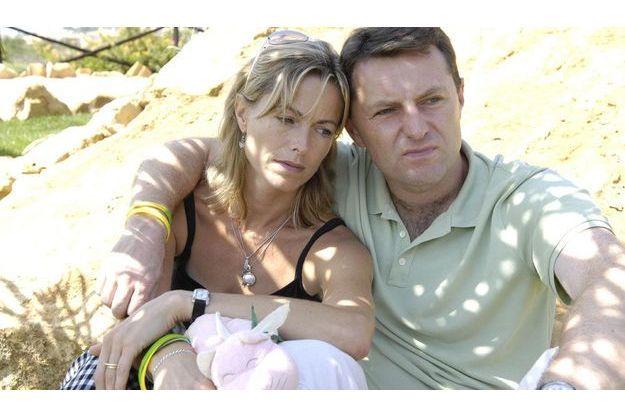 Le chagrin, avant le soupçon: Kate et Gerry McCann, le 4 septembre 2007, au Portugal. Ils ont été mis en examen trois jours plus tard. Kate tient entre ses mains Cuddle Cat, le doudou de Maddie, dont elle ne se sépare jamais depuis la disparition de sa fille.