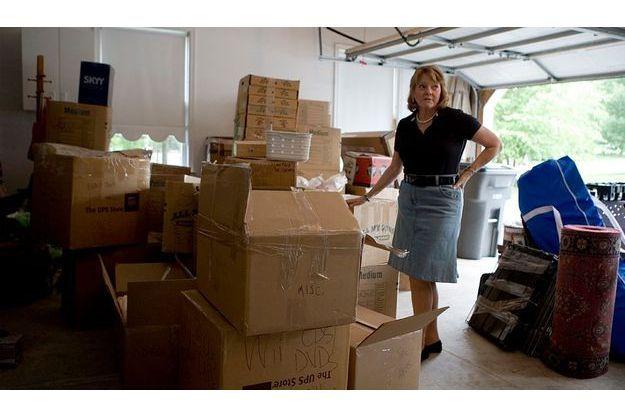 Sur une voie de garage, Maureen Ebel, dans la maison qu'elle a encore pu conserver, en Pennsylvanie. Elle n'a pas pu s'offrir les services de déménageurs et a fait elle-même les cartons.