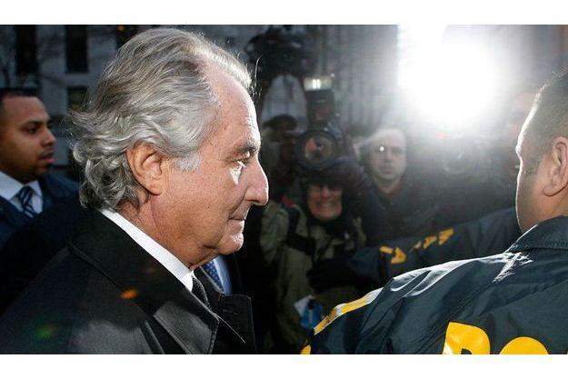 Le 5 janvier 2009, Bernard Madoff sort de la cour fédérale de New York, escorté par la police.