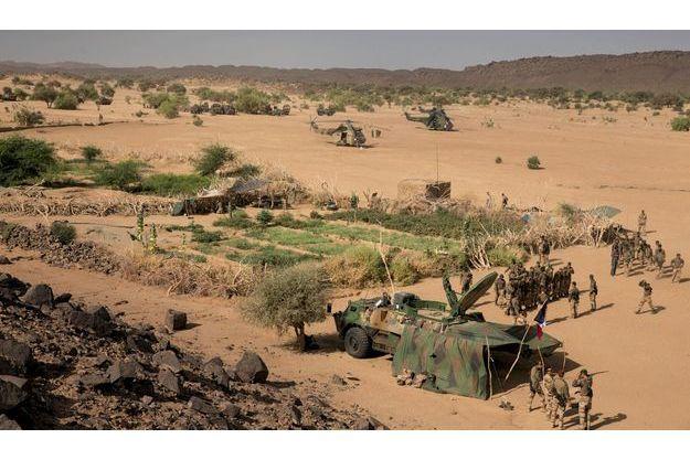 Jeudi 7 mars, dans la vallée de l'Ametettai. Au premier plan, le poste de commandement français, surmonté d'une parabole satellite. Derrière, le potager planté par les hommes d'Aqmi. A l'arrière-plan, un hélicoptère Puma (à g.) et deux Tigre.