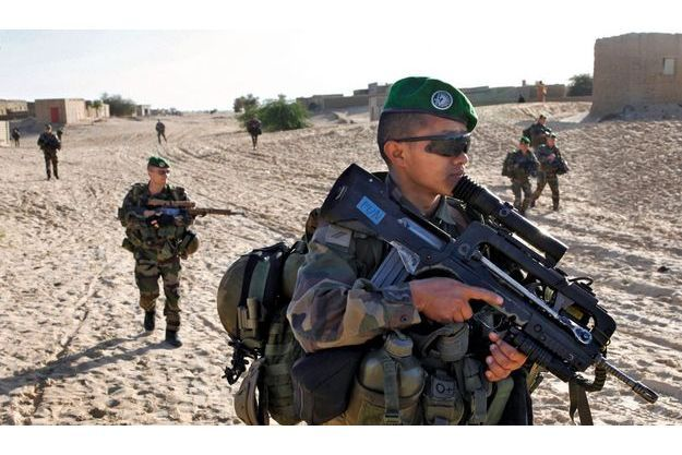 Mardi 29 janvier, 9h17. Les bérets verts du 2e Rep, armés de leurs Famas, dans Tombouctou.
