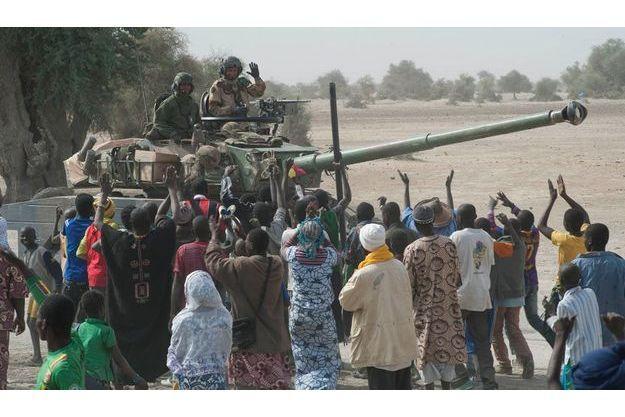 L'armée française est accueillie dans la liesse par les populations maliennes.