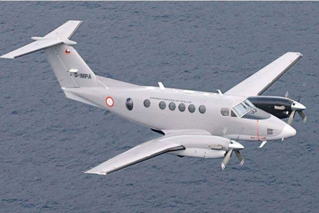 Un appareil King Air 200 de l'armée maltaise participe aux recherches des cinq Français.