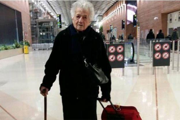 """""""Mamy Irma"""" à l'aéroport avant son départ pour le Kenya."""
