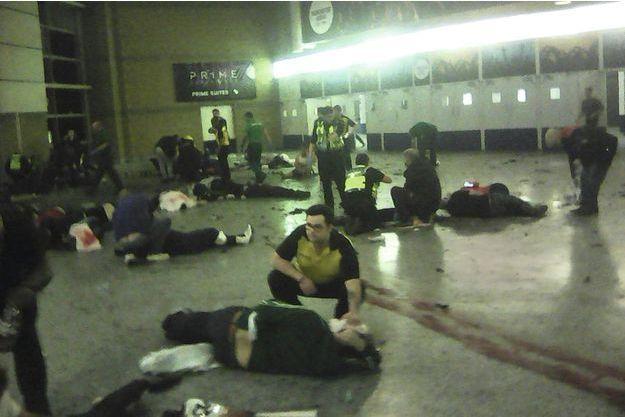 le 22mai, peu après 22 h 30. Dans le hall du Manchester Arena près de l'entrée du métro.