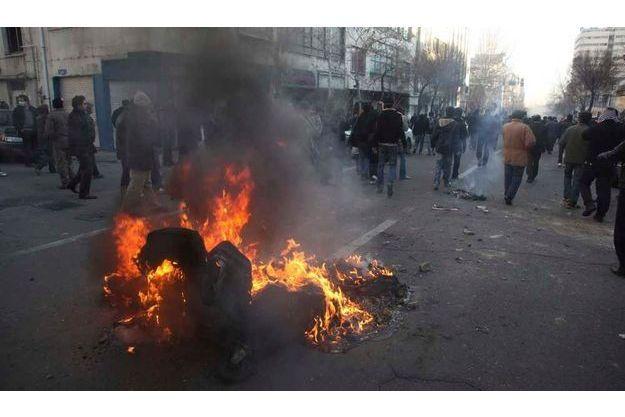 Hier, place Azadi. NB: Reuters, comme Al Jazeera, font part des difficultés que leurs journalistes rencontrent pour exercer leur profession. D'où le peu de photos qui circulent sur les événements d'hier.