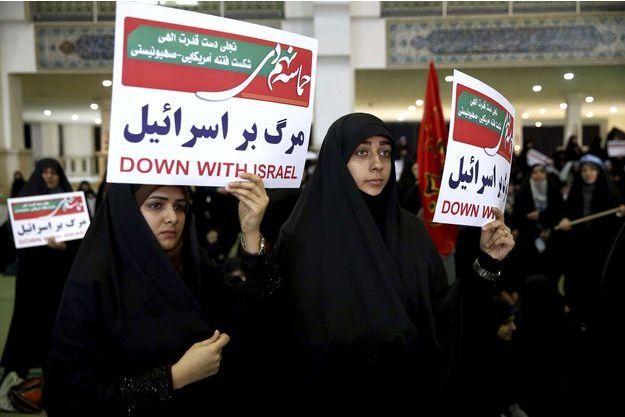 """En anglais sur les pancartes de ces manifestantes prorégime photographiées samedi à Téhéran: """"A bas Israël""""."""