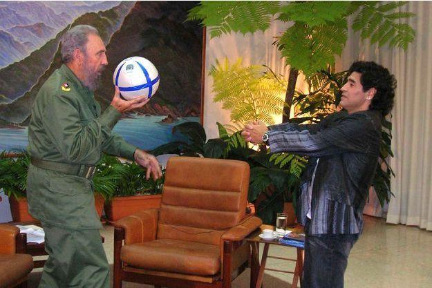 Fidel Castro jouant au football avec Diego Maradona en 2005.