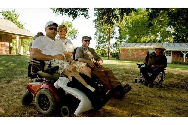Wyman Wheeler chez lui, avec son fils Walker et deux de ses amis qui travaillent également dans le pétrole.
