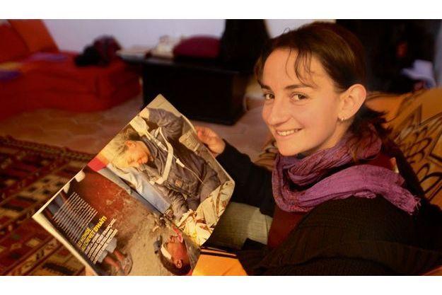 Le sourire de la caporale-chef de la Sécurité civile de Brignoles face à sa photo dans Paris Match : elle n'oubliera pas Islande Baby, l'infirmière de 29 ans haïtienne qu'elle a tirée des décombres après quatre jours.