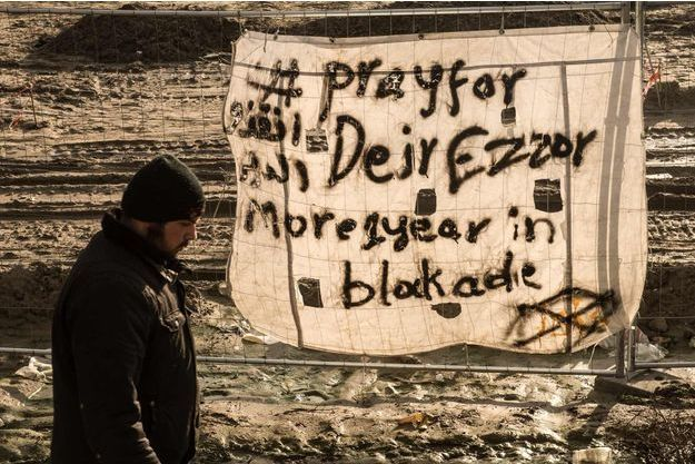 """Une bannière """"Pray for Deir Ezzor"""" dans la """"Jungle"""" de Calais."""