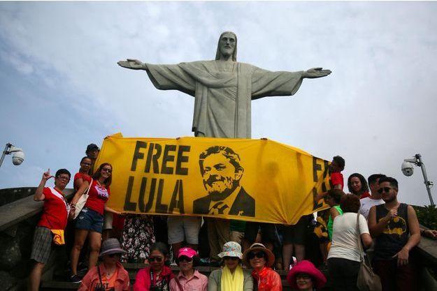 L'ex-président Lula, emprisonné, reste favori des sondages pour la présidentielle.