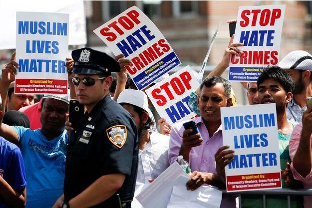 """Plusieurs centaines de personnes ont marché jusqu'au lieu du meurtre, portant des pancartes qui proclamaient """"La vie des musulmans compte""""."""