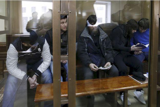 Les cinq hommes déclarés coupables du meurtre de Boris Nemtsov, en mars 2016.