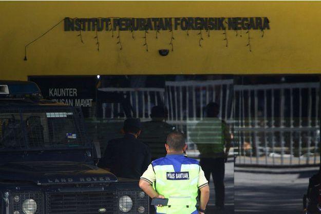 Un policier malaisien devant l'hôpital où se trouve encore le corps de Kim Jong-nam.