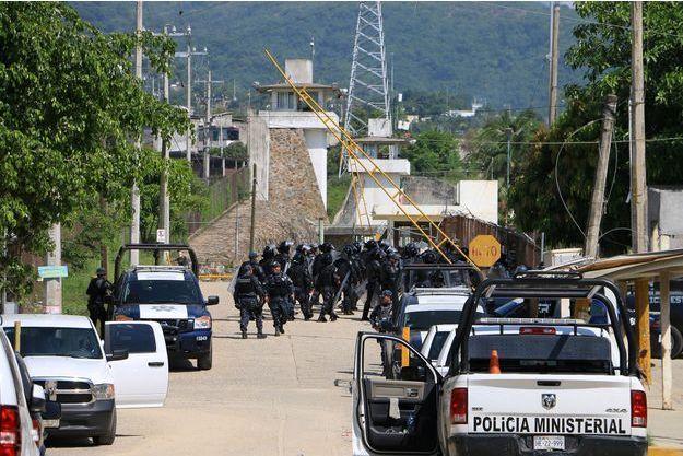 Des policiers en renfort devant la prison d'Acapulco.