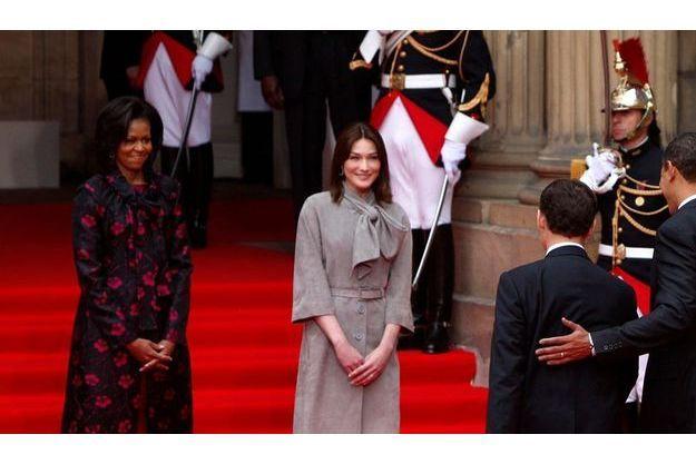 Le 3 avril, vers midi, devant le palais Rohan, à Strasbourg, Michelle Obama est habillée en Thakoon, et Carla Bruni-Sarkozy en Dior...