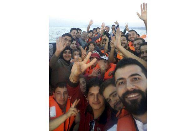 Selfie en mer pour ces migrants.