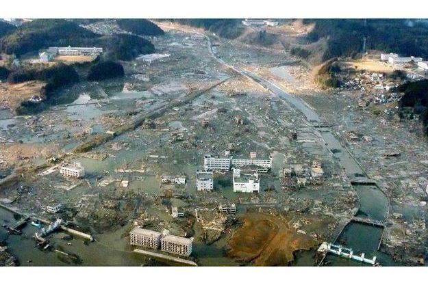 Ici, 10 000 habitants ont disparu. Seules quelques structures d'immeubles ont résisté à  l'assaut. Parmi elles, au centre de la photo, l'hôpital de la ville, sur le toit duquel 200 personnes ont pu être évacués.