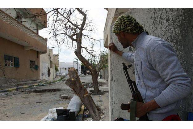 Un combattant rebelle dans l'avenue de Tripoli, jeudi 21 avril.