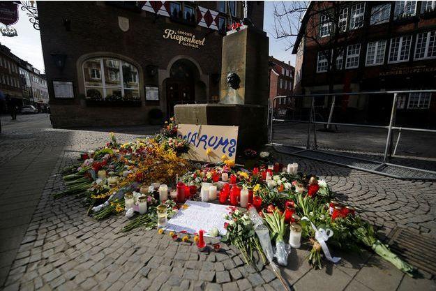 Des bougies et des fleurs déposées sur le lieu du drame à Münster.