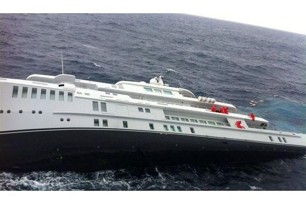 Vendredi dernier, le « Yogi » en train de sombrer. En orange, une partie de l'équipage accrochée à la coque. Tout l'équipage sera secouru par la marine grecque.
