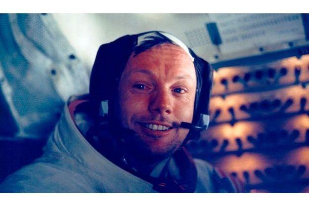"""Neil Armstrong, photographié dans le module lunaire, après son """"moonwalk"""" historique. """"Nous étions vraiment très privilégiés de vivre cette mince tranche de l'histoire"""", déclarera-t-il."""