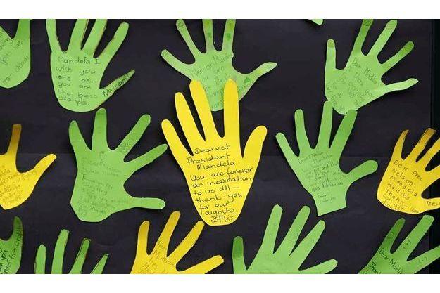 Des messages de soutien d'enfants ont été collés sur le mur d'une école voisine de l'hôîtal de Johanesburg.