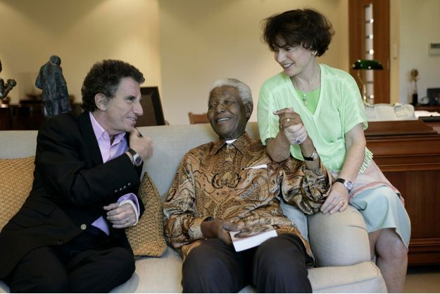 2février 2006,  Jack Lang et sa femme, Monique, dans le bureau de la fondation Mandela, lors d'une interview pour Paris Match. L'ancien ministre vient de lui offrir «Nelson Mandela. Leçon de vivre pour l'avenir»,  le livre qu'il lui a consacré aux éditions Perrin.
