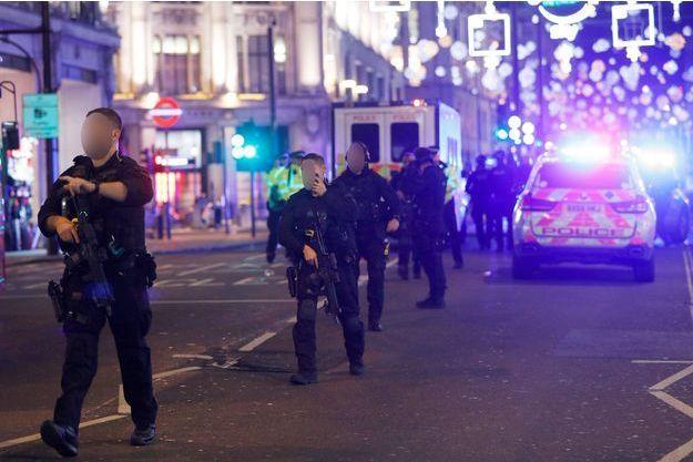 Policier sur Oxford Street, à Londres, après une fausse alerte, le 24 novembre 2017.