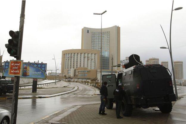 Les forces de l'ordre, autour de l'hôtel attaqué mardi.