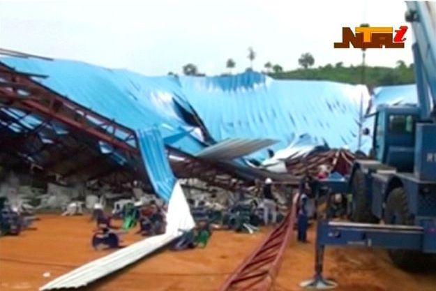 Le toit de l'église effondré