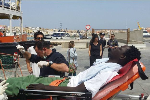 Le 18 avril sur le port de Lampedusa, les secours accueillent les rescapés d'un naufrage en mer Méditerranée