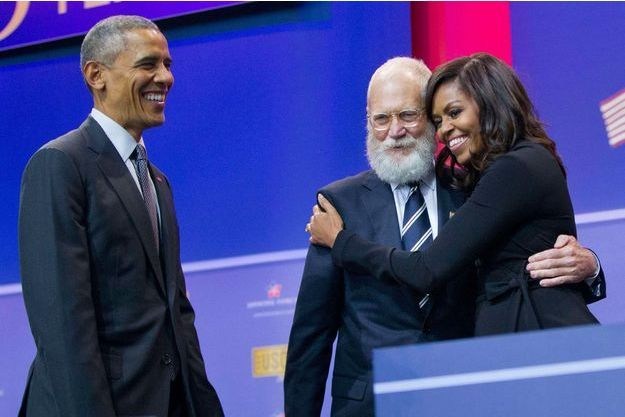 Barack Obama regarde l'accolade de Michelle Obama avec David Letterman.