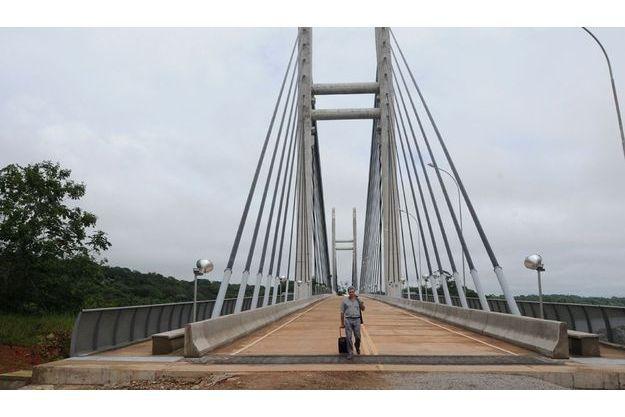 Vendredi 6janvier, en fin de matinée, Michel Peyrard termine sa traversée du pont, arrivant au Brésil. Au centre, deux  voies de 3,50 mètres chacune, pour véhicules. Sur les côtés, les  passages pour piétons et cyclistes.