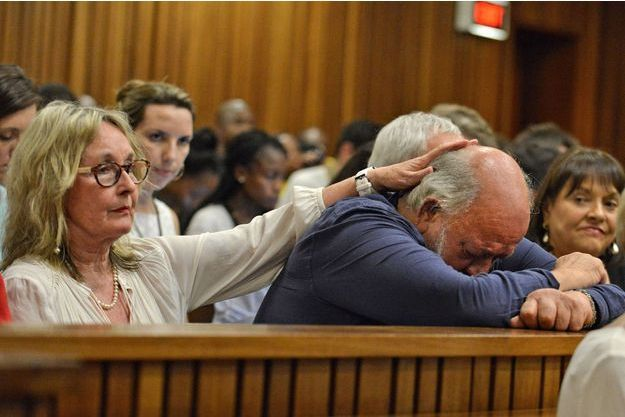 June et Barry Steenkamp, les parents de Reeva, au tribunal de Pretoria en juin 2014.