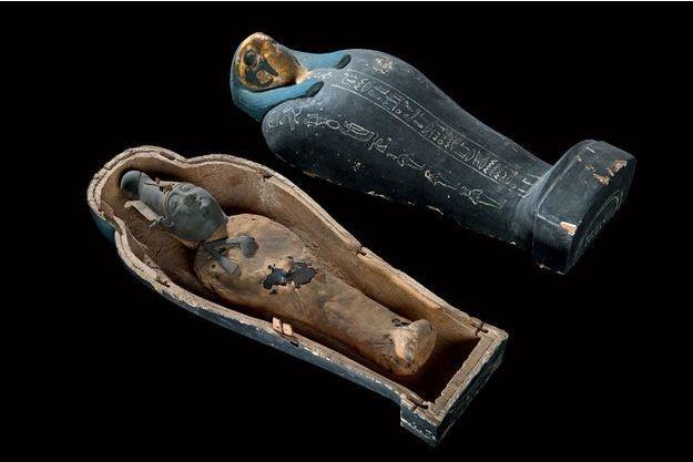 """Dans un sarcophage peint, l'effigie d'un """"Osiris végétant"""", une statuette réalisée avec du limon et de l'orge avant d'être momifiée. VIIIe -VIIe av-JC."""