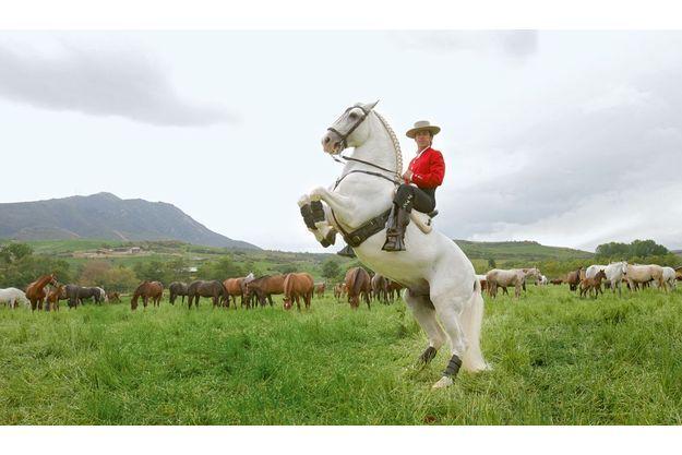 Sur ses terres, Pablo Hermoso  de Mendoza, fils d'une commerçante et d'un négociant de chevaux,  monte Nativo, un pur-sang à la crinière tressée comme à la grande époque de l'école andalouse.
