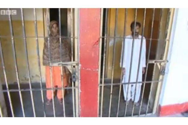 Les parents d'Anusha, filmés en prison par la BBC.