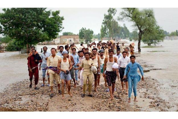 Des victimes attendent leur évacuation vers la province pakistanaise du Punjab (Est), moins touchée par les inondations meurtrières.